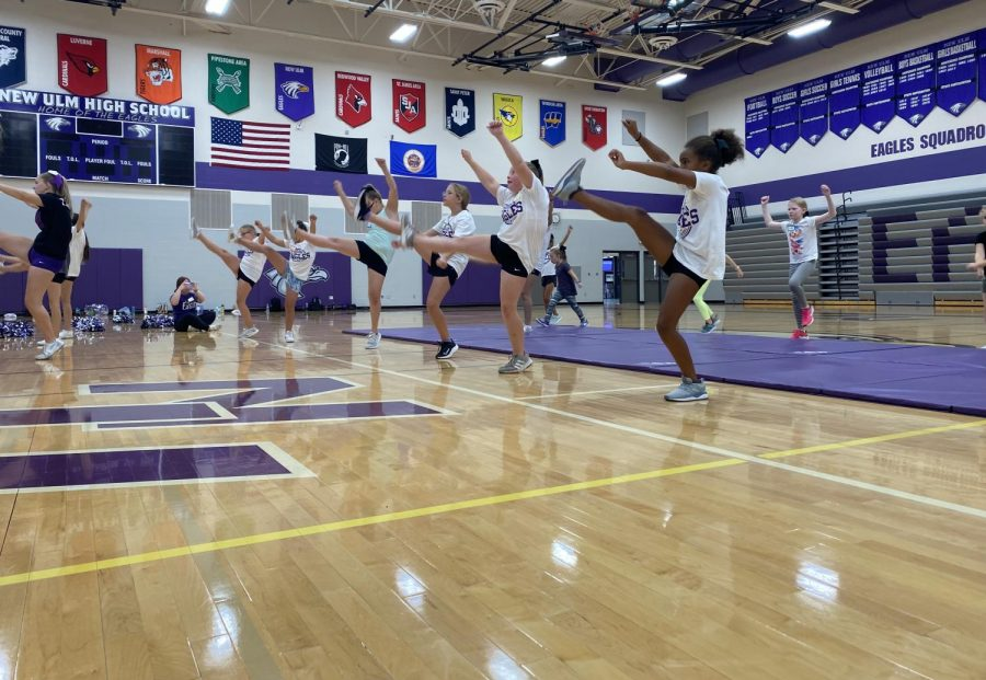 New Ulm cheerleaders teach their 3rd-5th grade eaglets how to spirit after cheers!